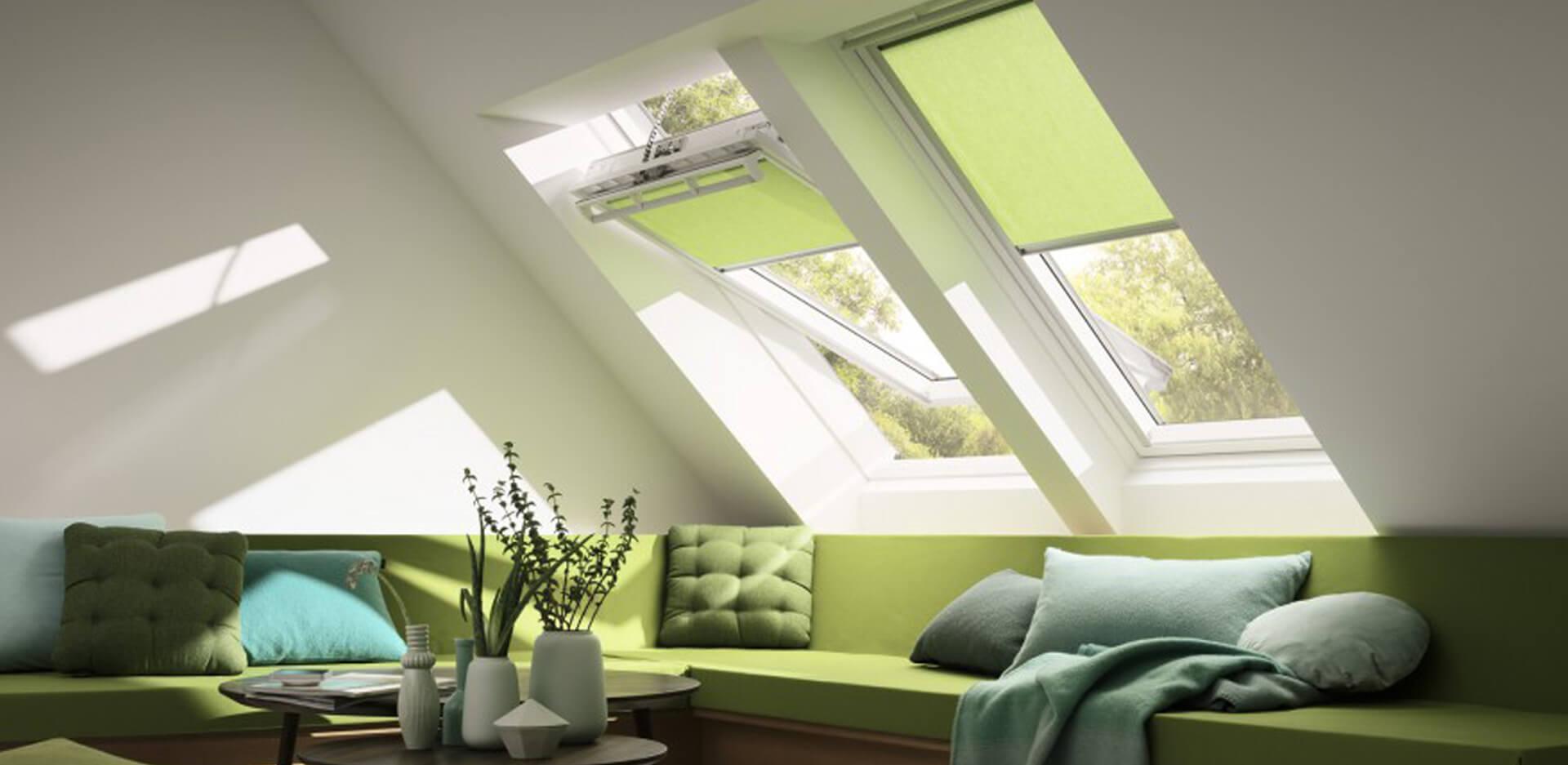 Salones con ventanas Velux, estores de multiples colores para crear el ambiente ideal.